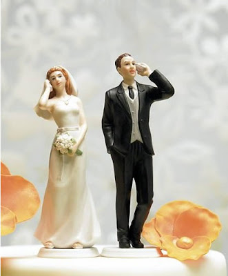 Novios hablando por celular el día de la boda