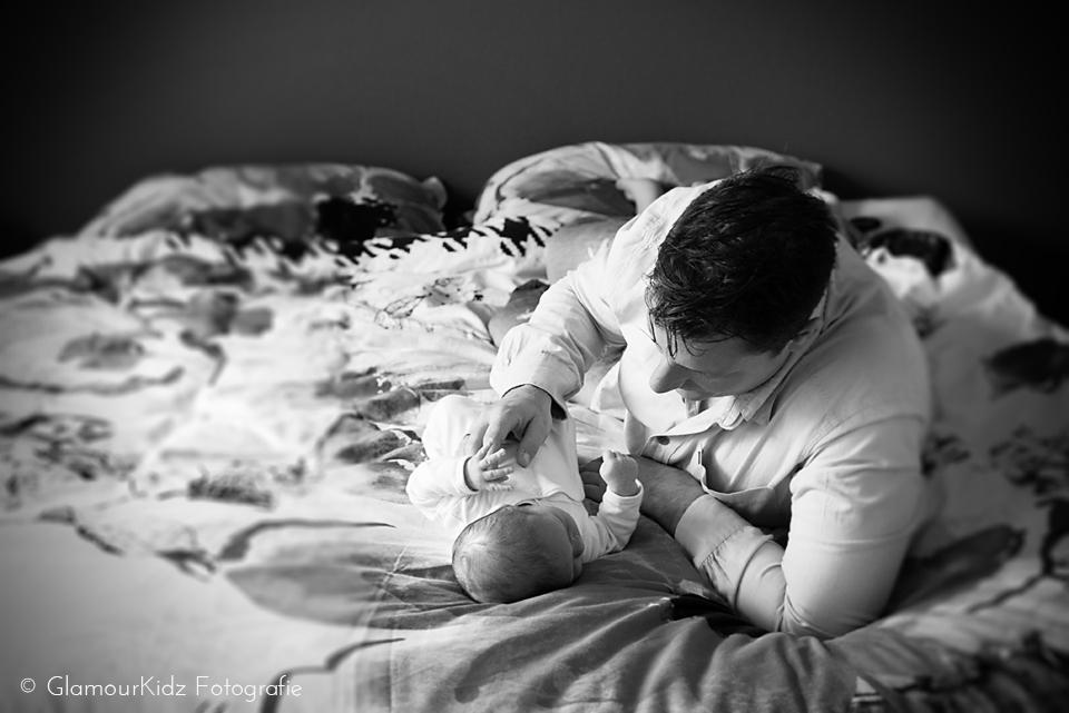 newborn fotoshoot lifestyle baby familie natuurlijk licht vintage workshop fotografie vader moeder