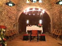 Detall de l'interior de l'absis i l'altar de l'església