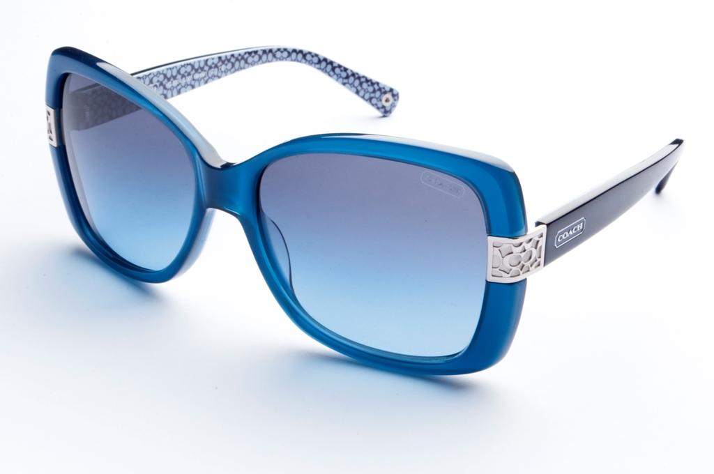 Com diversas opções de armações grandes e no estilo aviador e gatinho, a  Coach investiu nas lentes degradê que garantem sofisticação aos óculos. 80b2620433