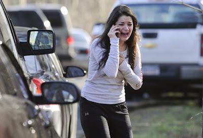 mujer llorando hablando por celular en matanza de colegio en ee.uu hoy