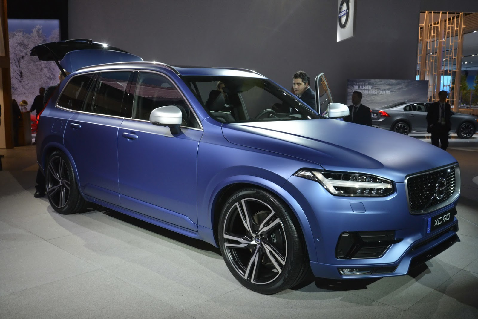 Volvo's 2016 XC90 R-Design Makes North American Debut in a Cool Matte ...: www.carscoops.com/2015/01/volvos-2016-xc90-r-design-makes-north.html