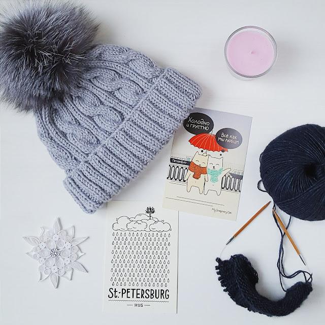 Вязаная спицами шапка с аранами и помпоном