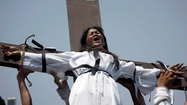 """غرائب العالم المسيحيين الفلبينيين بمناسبة """"الجمعة العظيمة"""" تكفيرا للذنوب"""
