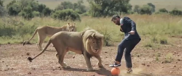 Kevin Richardson joue au Football avec des Lions
