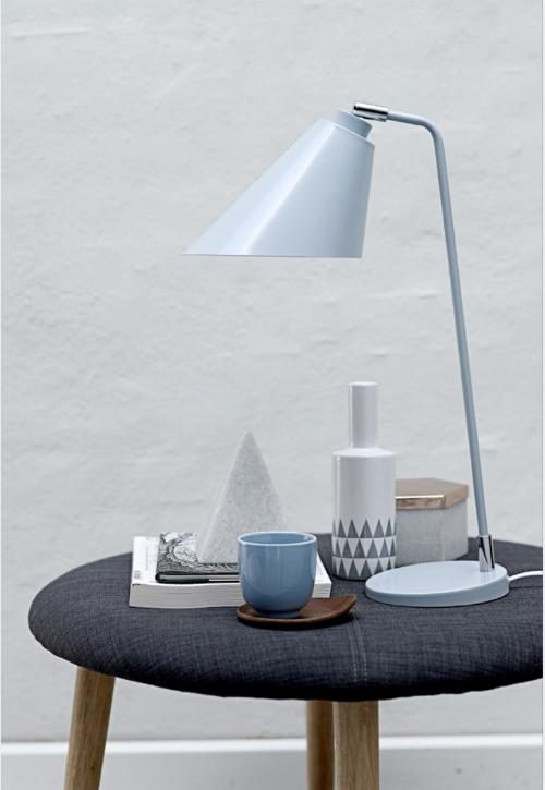 Hocker als Beistelltisch - dekoriert mit Vase, Lampe und Tasse