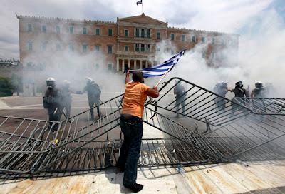 На фото: в Греции забор