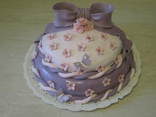 torta due piani in pasta di zucchero per la mia bimbetta