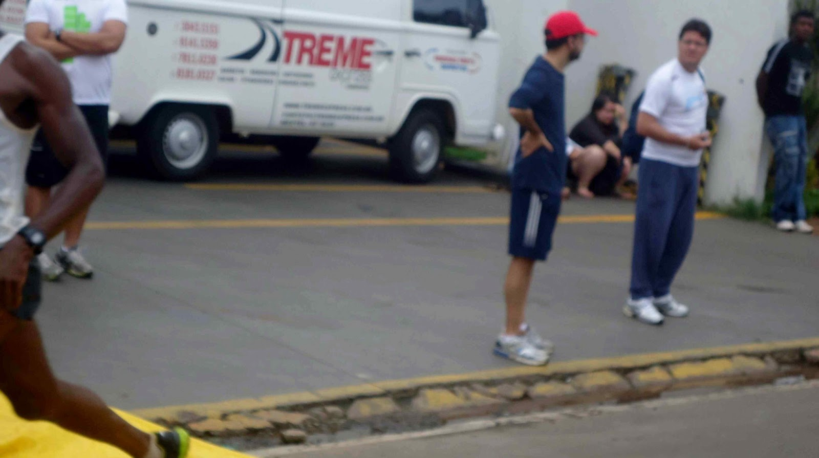 Foto 49 da 1ª Corrida Av. dos Coqueiros em Barretos-SP 14/04/2013 – Atletas cruzando a linha de chegada