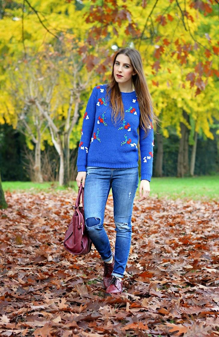 Primark Blue Flower Sweater Marks & Spencer Jeans Dr Martens 3989 Cherry Red Zara Burgundy Leather City Bag Mulac Cosmetics Lipstick Wonka outfit per autunno cozy sweater maglione blu elettrico maglioni caldi maglione tirolese come vestirsi autunno The Sparkling Cinnamon