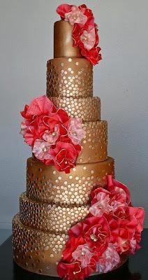 Tarta con motivos dorados y flores rojas