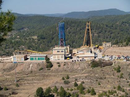 Les mines de potassa amb el Pou de les Cabanasses i al fons la Serra de Castelltallat