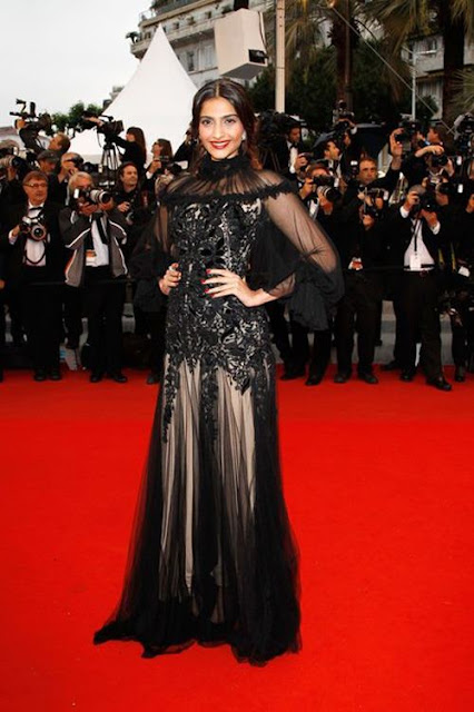 Sonam Kapoor Cannes 2012 red carpet