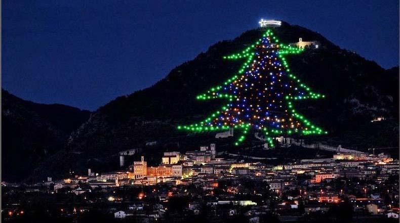 El enorme Árbol de Navidad de Gubbio en el monte Ingino