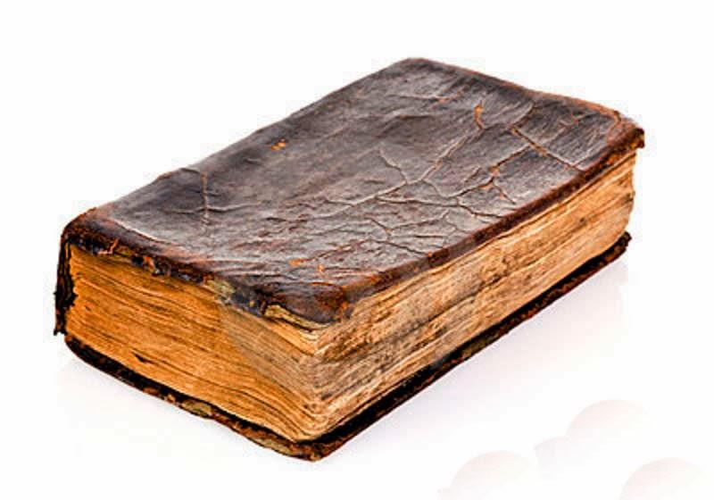 Un viejo libro con bordes marchitados