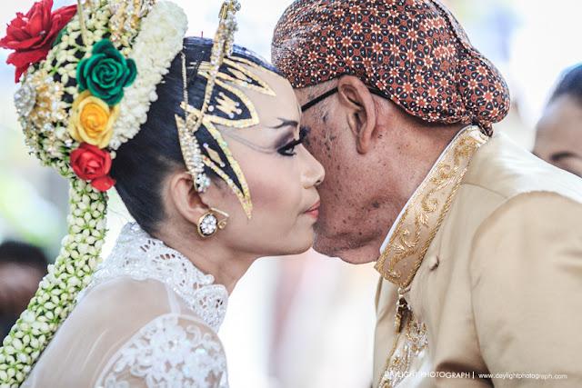 foto sungkeman pernikahan pengantin perempuan kepada ayahnya