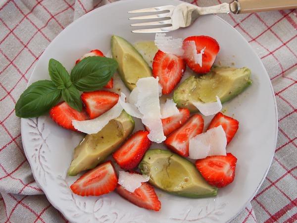 neues von der insel salat zum fr hst ck erdbeer avocado salat mit limetten honig dressing. Black Bedroom Furniture Sets. Home Design Ideas