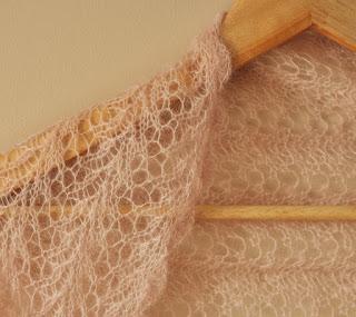 beżowe bolerko na drutach