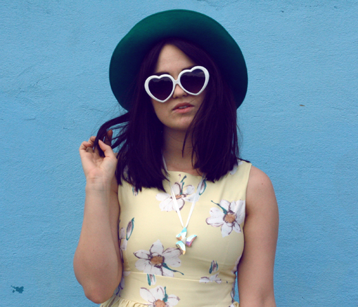 daisy print, daisy dress, lemon retro dress, heart sunglasses, heart shaped sunglasses, green woollen hat, large brim hat, retro girl, vintage girl, uk fashion, fashion blogger