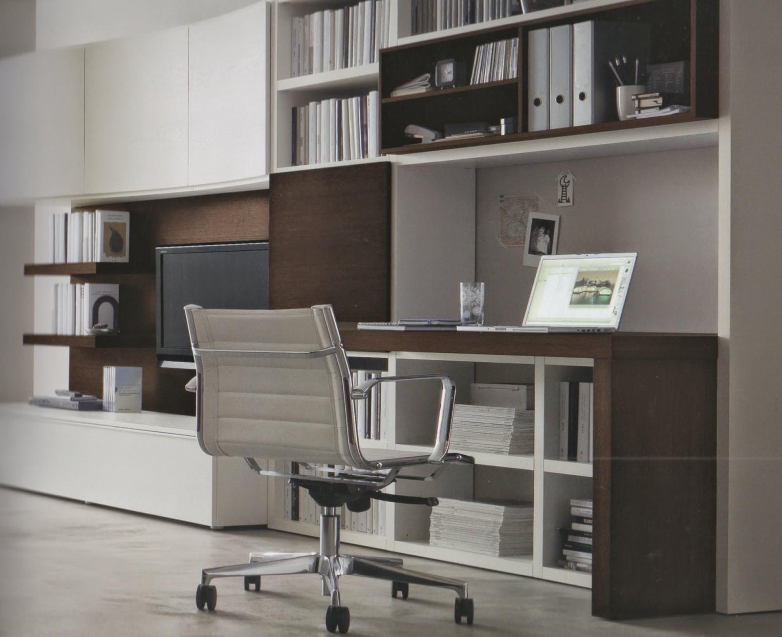 Uno studio a vista nel soggiorno for Mobile scrivania libreria