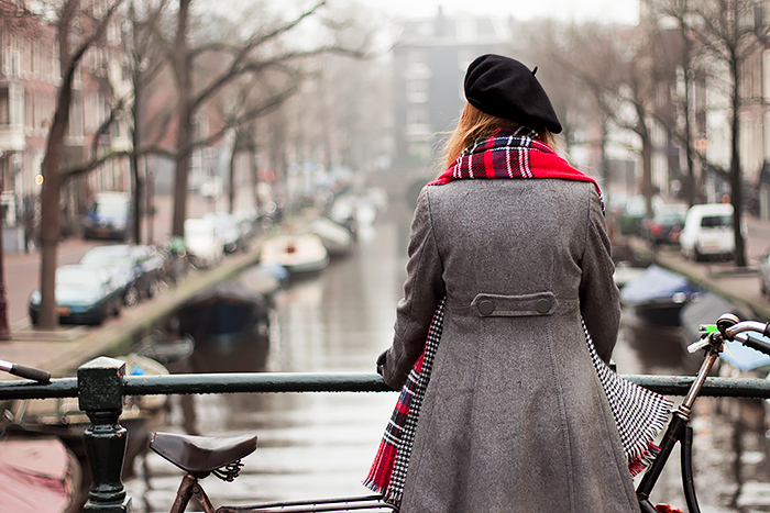 Retro Fashion blogger outfit in Foggy Amsterdam