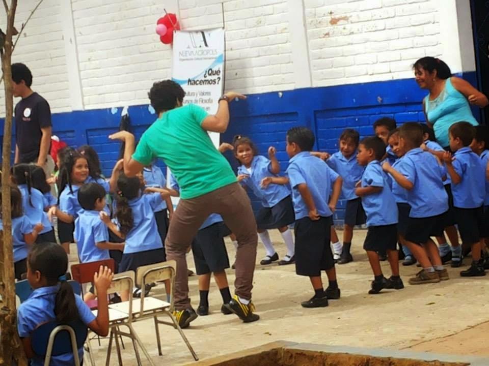 voluntarios de Nueva Acrópolis llevan alegría a los niños del kinder Nacional Profa. María Elvira Sifonte