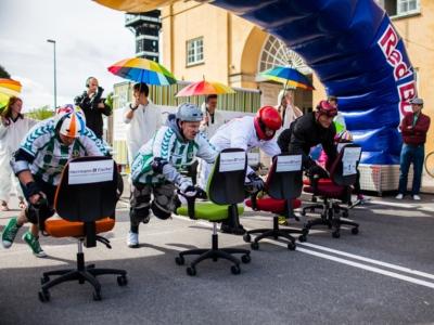 Para peserta Kejohanan Kerusi Pejabat Danish 2013 sedang beraksi.