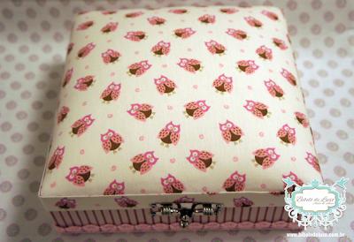 CAIXA ESTOFADA PARA QUARTO DE BEBÊ DE CORUJINHAS  www.bibelodeluxo.com.br Fofíssima caixinha estofada pelo Bibelô de Luxo - Ateliê de Idéias com tecido composé de corujinhas. Em tons rosa, marrom e creme, esta caixa ficou uma graça para guardar lacinhos e acessórios de cabelo de bebê, quadradinha, ela possui aproximadamente 20x20cm, um ótimo tamanho para dar um charminho extra em cômodas e prateleiras, complementando a decoração do quartinho do bebê. COD.: QDB2020/6TES. (Acabamento: tecidos composé corujinhas marrom e rosa). Fotos: Bibelô de Luxo
