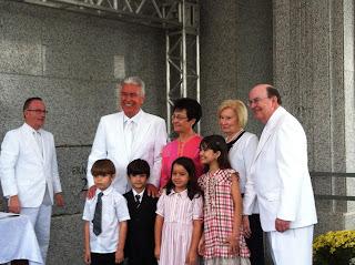 Presidente Uchtdorf e sua esposa Harriet Utchdor, Èlder Quentin L. Cook do quórum dos Doze e sua esposa Mary Cook, Élder William R. Walker, Setenta, membros da Presidência da Área Brasil e membros da presidência do templo.