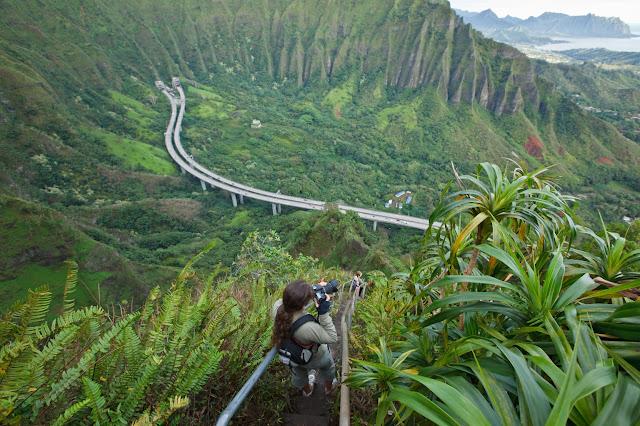 นักท่องเที่ยวยืนถ่ายรูป บันไดทางเดินบนยอดเขา Kaneohe, Hawaii Stairs