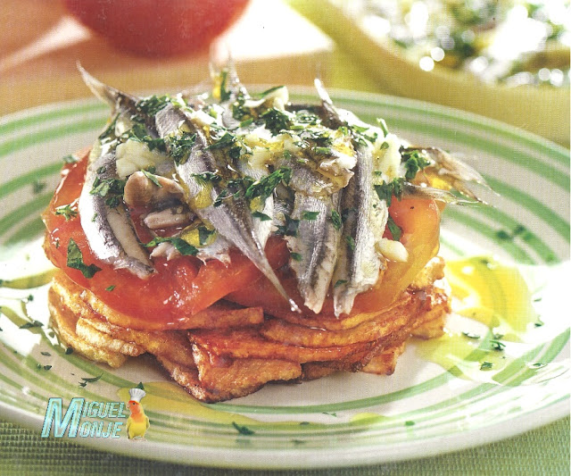Timbal de boquerones con patatas y tomates