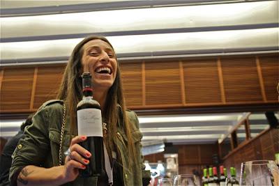 Nerea Subijana con vino Don Miguel. Blog Esteban Capdevila