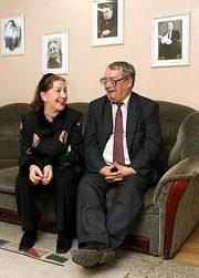 Звездная пара согласилась фотографироваться только в театре под портретами великих