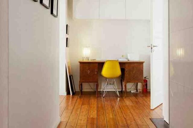 Nowoczesne żółte krzesło przy klasycznym, drewnianym biurku