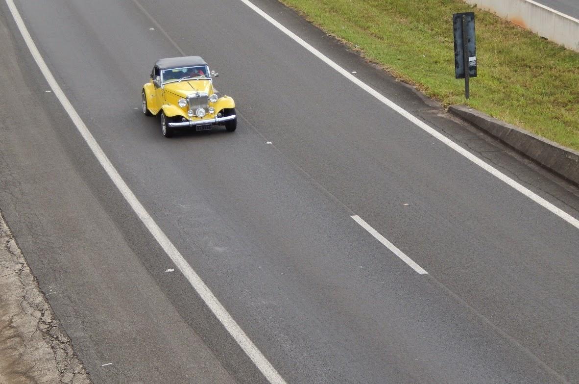 Da mureta de um viaduto, o fotógrafo captura a passagem de um MP Lafer pela região de Campinas.
