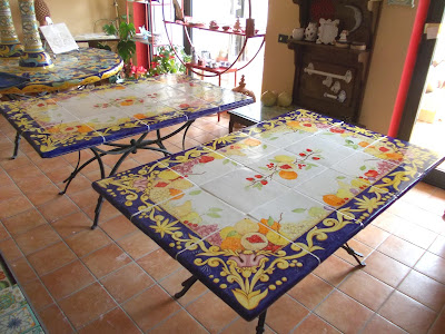 Vico condotti tavoli da interno e da giardino in ceramica - Ceramiche di vietri cucina ...
