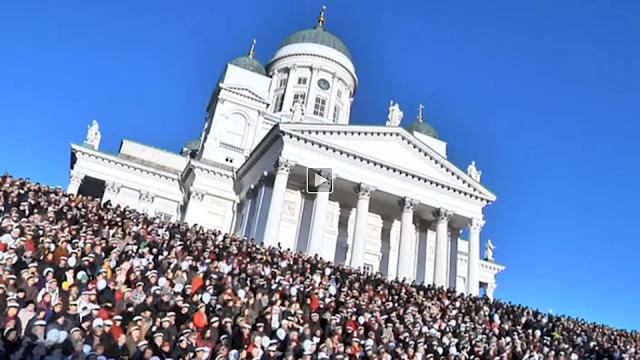 http://yle.fi/uutiset/nain_huikeasti_sibeliuksen_finlandia_kajahti_helsingin_senaatintorilla__video/8511828