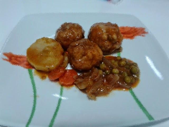 Alb ndigas con salsa de tomate casera y patatas cocidas - Albondigas de patata ...