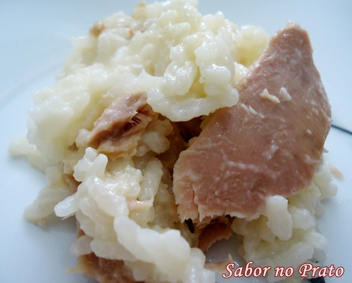 Um arroz feito com catupiry e filés de atum no alho muito prático de fazer.