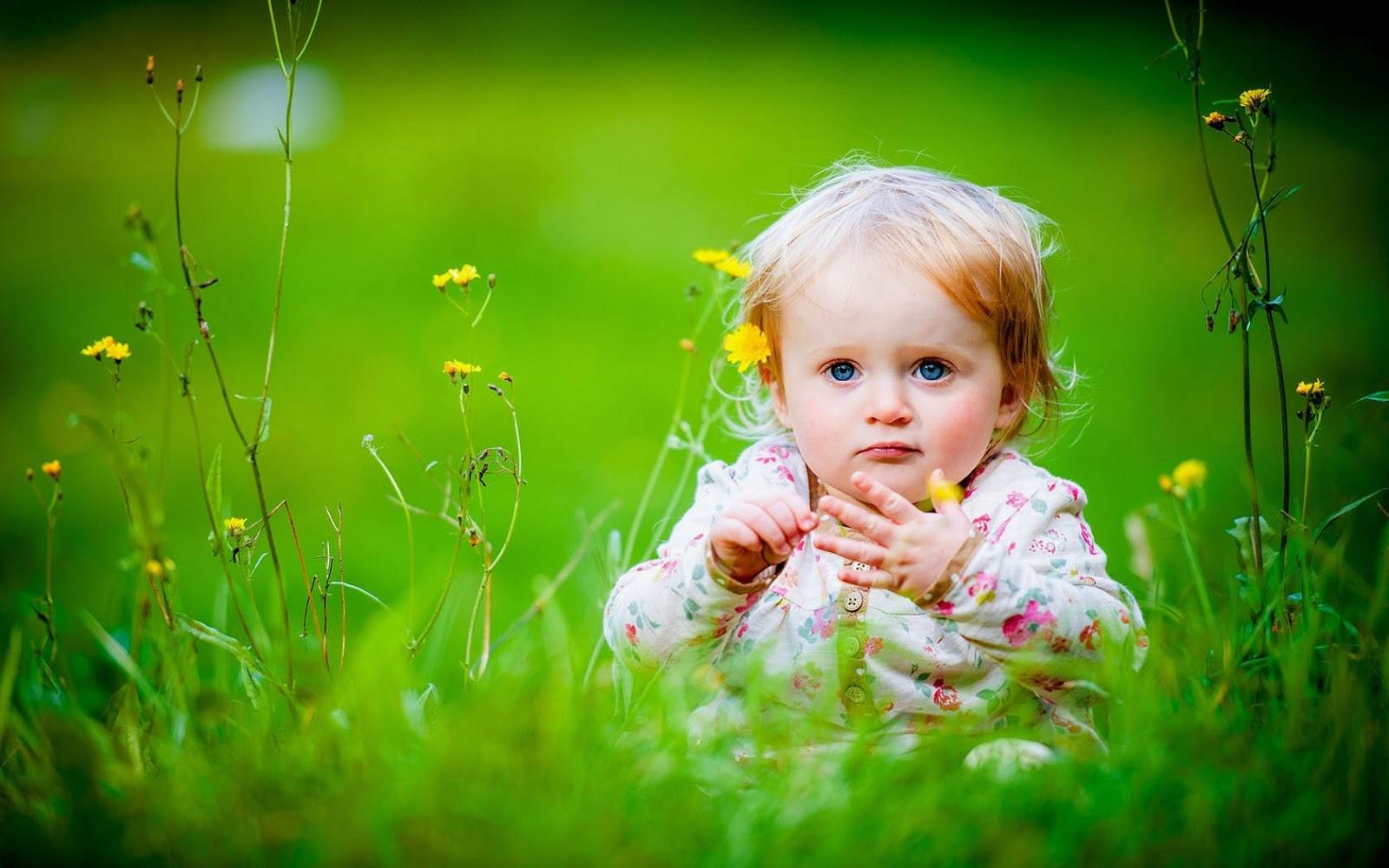 Gambar bayi bermain di taman bunga wallpaper