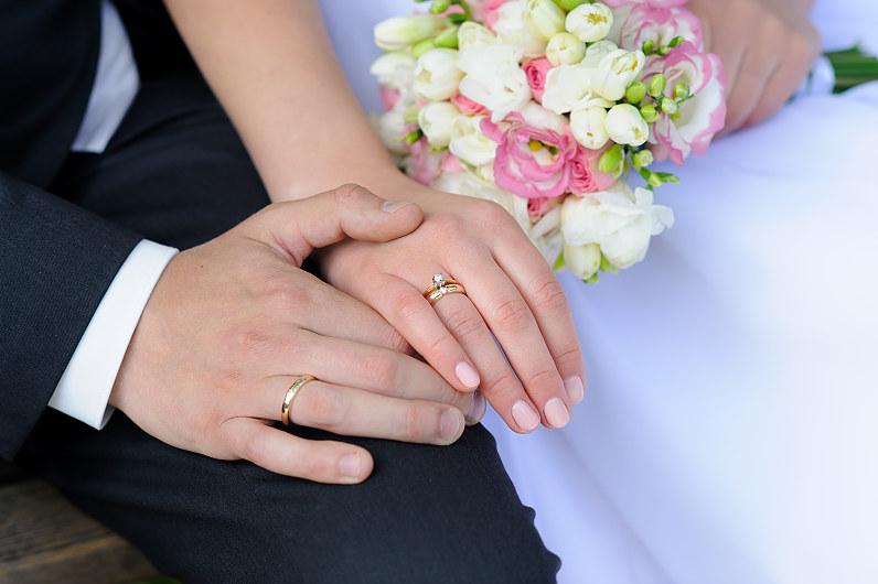 auksiniai vestuviniai žiedai