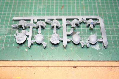 Imprimación de las hombreras de los caballeros grises con Neutral Grey de Vallejo Model Color
