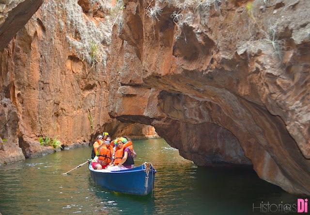 A canoa passa bem perto das lindas formações geológicas