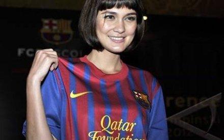 Ternyata Luna Maya Tetap Cantik Memakai Baju Barcelona