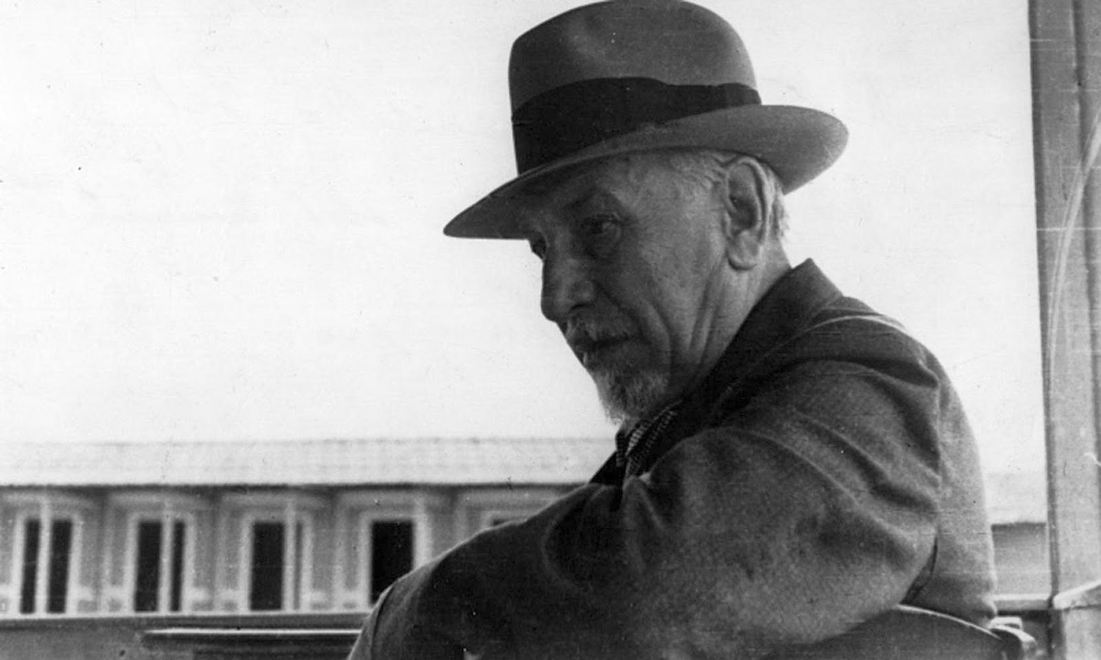 luigi pirandello Biography of italian playwright luigi pirandello, plus summaries of some of his plays and links to all of his works currently in print.