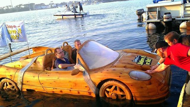 Αυτή η ξύλινη Ferrari μοιάζει με αυτοκίνητο, είναι όμως βάρκα