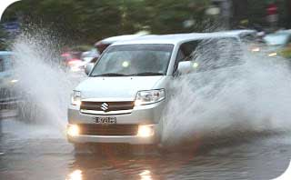 wajib siaga ban mobil di kala hujan dealer mobil suzuki