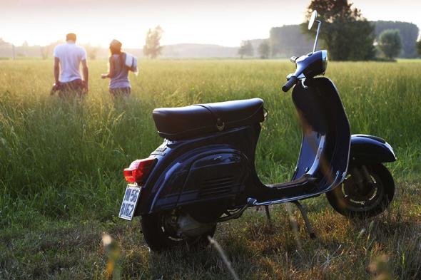 Fotografia di scooter vespa con campo