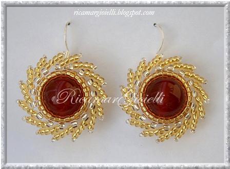 Orecchini di perle d'agata rossa incastonate con delica 11/0 e lavorazione swirling sun