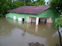Casas se inundan con aguas que salen debajo de tierra en San Juan